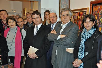 Anne Hidalgo, primera por la derecha, el presidente del Museo de Montparnasse, Jean Digne, y Manuel Valls, en la inauguración de la muestra.
