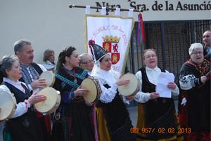 El grupo de música y baile de la Casa, El Filandón, interpretó varias piezas en honor a la Santa y para todos los presentes en el exterior de la iglesia tras finalizar la misa.