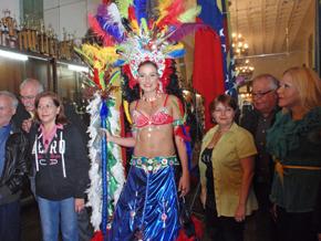 Rodeada por directivos y amigos, Alexandra luce el traje.