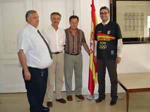 Daniel Calzón, presidente del Club Deportivo Español, Félix Daniel Castro Vázquez, promotor del apoyo a Madrid-2020, Manuel Tomé Peón, vicepresidente, Álvaro Borrega de Sande, consejero de la Embajada de España.