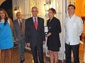 Aurelio Miras Portugal y a su izquierda la nieta de Constantino Díaz Luces con la Medalla de Honor de la Emigración.