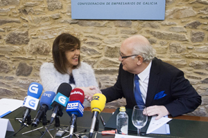 Beatriz Mato y Antonio Fontenla se estrechan la mano tras la firma del protocolo de colaboración.