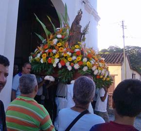 La imagen es sacada a la plaza de La Candelaria para ser venerada por los devotos.