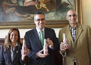 Marta Poggio, Sergio Matos y Elías Rosales presentaron la edición especial de la botella de Dorada y las demás acciones de la Compañía Cervecera de Canarias.