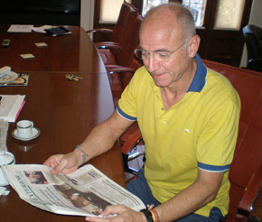 El consejero de Empleo y Seguridad Social de España en Argentina, Santiago Camba, en su despacho en Buenos Aires.