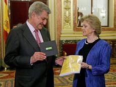 Soledad Becerril le entrega el Informe del Defensor del Pueblo 2012 a Jesús Posada.