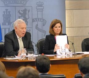 José Manuel García-Margallo y Soraya Sáenz de Santamaría en la rueda de prensa tras la reunión del Consejo de Ministros del viernes 1 de marzo.
