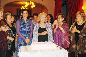 Una tarta de cumpleaños para Rosita Fornés.