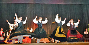 El grupo 'Os Paíños' durante su actuación.