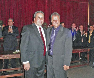 El nuevo presidente, Javier Medina (izquierda), recibe la felicitación del presidente saliente, José Miguel Pérez.