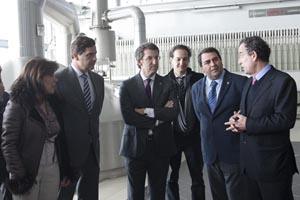 El presidente de la Xunta, Alberto Núñez Feijóo, y el resto de autoridades durante la visita a las nuevas instalaciones de Estrella Galicia.