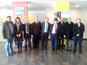 En la imagen, en compañía de Valentín García (centro), varios alcaldes y concejales de la comarca (Negreira, A Baña, Santa Comba y Val do Dubra), el director del Instituto de Secundaria de Negreira y otros responsables del centro.
