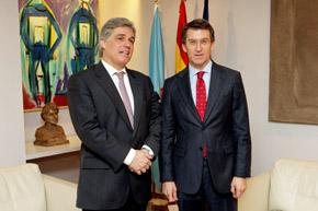 El embajador uruguayo Francisco Bustillo y el presidente de la Xunta de Galicia, Alberto Núñez Feijóo.