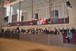 Los participantes en esta actividad en las gradas del centro ecuestre.