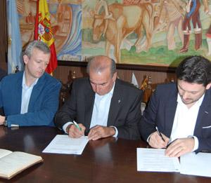 Rueda, Solla y Miranda durante la firma del convenio con el Centro Gallego de Mar del Plata.