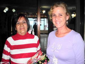 Ivonne Izquierdo Bravo entrega un obsequio a la nueva presidenta en nombre de la Comisión de Mujeres de la Agrupación.