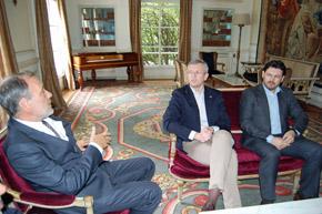 El embajador Roberto Varela, Alfonso Rueda y Antonio Rodríguez Miranda.