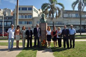 Ofrenda floral ante el monumento a Rosalía de Castro en Montevideo.