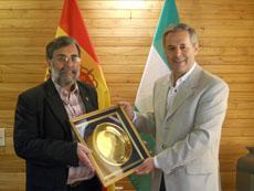 Guillermo Pilía entrega la distinción a Carlos Santos Valle.