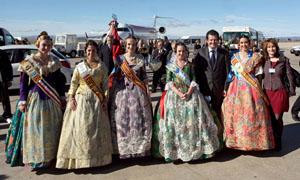 El vicepresidente del Consell ha recibido a los integrantes del 'Avión Fallero' en el Aeropuerto de Manises.