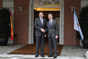 El presidente del Gobierno, Mariano Rajoy, saluda al de la Xunta, Alberto Núñez Feijóo, a su llegada al Palacio de la Moncloa.