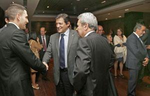 El presidente asturiano, Javier Fernández, con empresarios en Colombia.