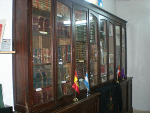 La gran mayoría de los libros de la biblioteca fueron donados por emigrantes.