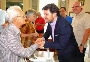 Al finalizar su discurso en el salón de actos del antiguo Palacio del Centro Gallego de La Habana, Antonio Rodríguez Miranda saludó a todos y cada uno de los asistentes al acto.