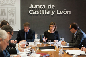 Los consejeros de la Presidencia, José Antonio de Santiago-Juárez, y  Familia, Milagros Marcos, en la reunión con los delegados territoriales de la Junta.