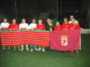 El presidente con los equipos finalistas de León (de rojo) y Zamora (blanco).