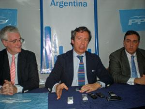 José Manuel Rodríguez, Carlos Floriano y José Ramón García Hernández en la rueda de prensa en la sede del PP en Buenos Aires.
