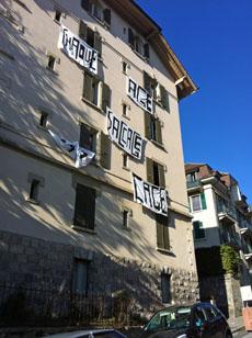Los ocupas han colgado pancartas en la fachada del edificio.