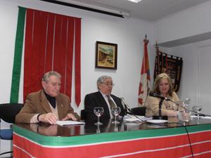 Nazario Ballesteros, Félix Pacho y la presidenta de la Casa, Mari Luz Uña, en la charla.