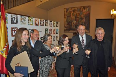 Ana Belén, primera por la izquierda, y Victor Manuel, primer por la derecha, brindan con las autoridades.