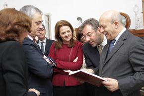 A la derecha el ministro de Educación, José Ignacio Wert, durante la visita al Instituto Giner de los Ríos de Lisboa.