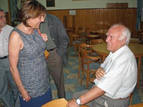 Serrano dialoga con un emigrante en el Centro Asturiano de Necochea.