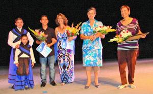 De derecha a izquierda, Nancy Muñiz  Vda. de Manolo Pérez, Mª Rosa González y los profesores Daelée Pérez y Joan Fernández.
