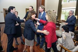 Beatriz Mato y Antonio Rodríguez Miranda saludan a los diplomáticos a su llegada al encuentro.