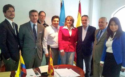 Alfredo Prada, tercero por la derecha, y la presidenta del PP de Colombia, Carmen Sofía Diago Javois, centro, con los demás miembros del Comité Ejecutivo del PP de España en Colombia.