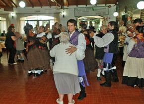 Bailando al son del folclore gallego.
