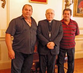 Santiago Blanco, de la directiva de la entidad, monseñor José Luis Molahgan y el presidente de la Asociación Rociera, Óscar Blanco.
