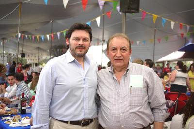 El secretario xeral da Emigración, Antonio Rodríguez Miranda, con el presidente del Centro Gallego de México, Luis Piñeiro, en la fiesta del Primero de Mayo.