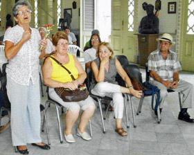 Fueron reconocidas como 'Emigrantes Disitnguidas' las hermanas Flora María y Mercedes Iglesias Pérez, primera y segunda por la izquierda.