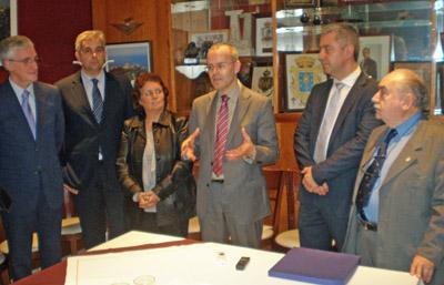 El conselleiro transmitió a los directivos el saludo de Núñez Feijóo.