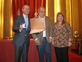 Vázquez Abad exhibe el diploma y la medalla que lo acredita como Visitante Ilustre de la Ciudad de Buenos Aires.