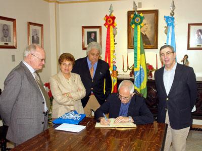 Miras Portugal firmando en el libro de honor de la Asociación Recreo de los Ancianos de Río de Janeiro.