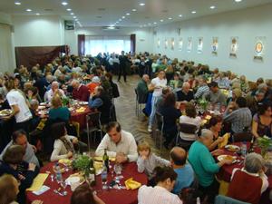 Una vista del salón de la entidad durante la celebracióndel Día de la Comunidad repleto de asistentes al festejo.