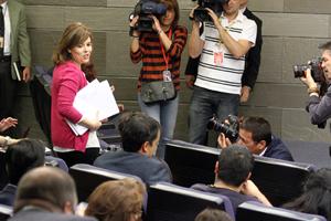 La vicepresidenta del Gobierno, Soraya Sáenz de Santamaría, a su llegada a la rueda de prensa tras el Consejo de Ministros.