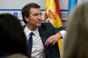 Alberto Núñez Feijóo conversa de forma distendida con periodistas al finalizar la rueda de prensa tras el Consello de la Xunta.