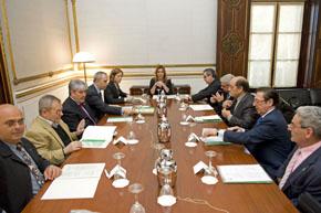 La consejera de Presidencia, Susana Díaz, en una reunión con representantes de las federaciones de comunidades andaluzas.
